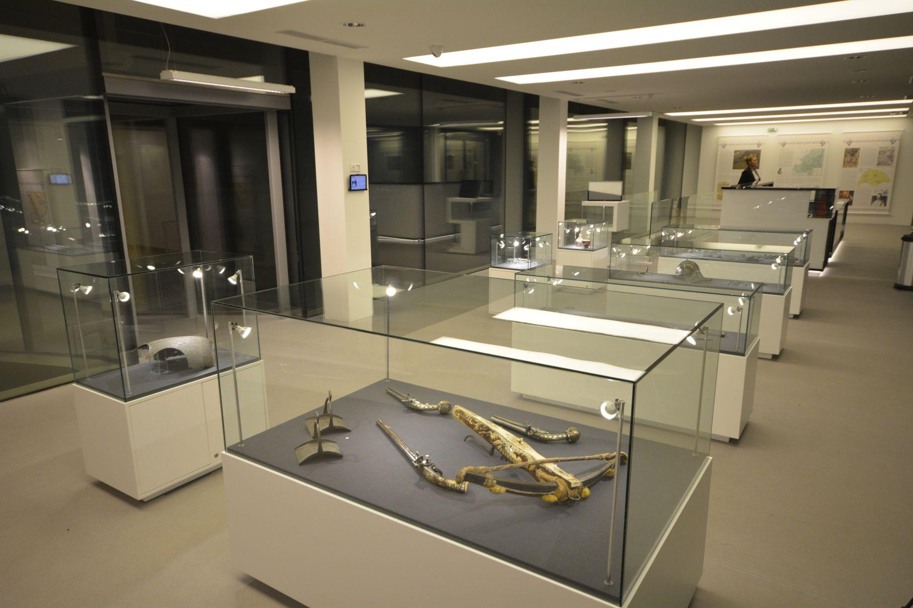 A hagyományos, vitrines kiállítótér, fegyverekkel, légkondicionált tárlókban.