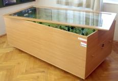 A tároló egy fiókokkal ellátott szekrény, melynek teteje zárható