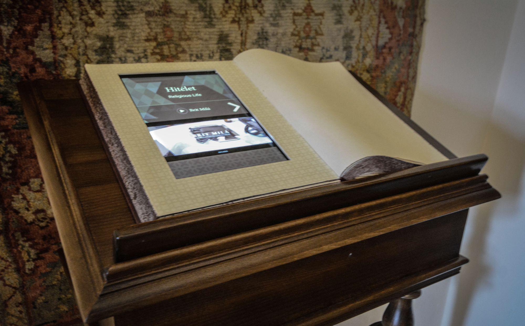 Könyvekbe épített tabblet, kisfilmekkel