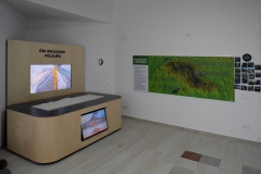 A Mátra-hegység kialakulását bemutató makett. Felül a felszíni, alul a felszín alatti tevékenység animációja, középen 3 fázisú, a látogató által vezérelt, forgatható domborzatmodell mutatja be a hegység kialakulásának stációit.