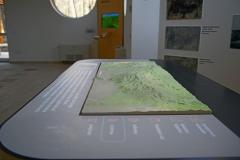 Projektor vetíti az animációt a Mátra mai domborzat modelljére, amin a több ezer éve ható emberi tevékenységet mutatjuk be.
