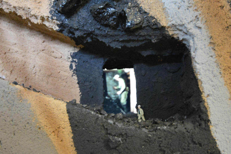 A bányában dolgozó fiúkat kis kukucskálón lehet megfigyelni