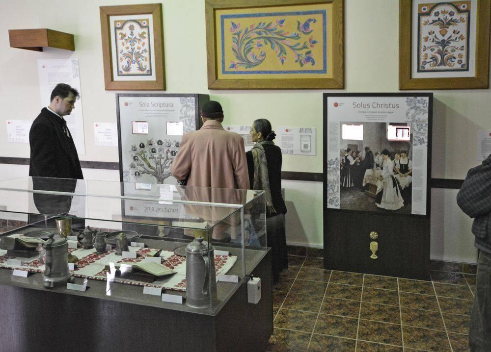 A multimédiás tablók tematizáltan mutatják be a reformáció történetét, a vallás alapvető szertartásait.