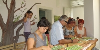 A vendégeknek kötelező levelet ragasztani a fűzfára