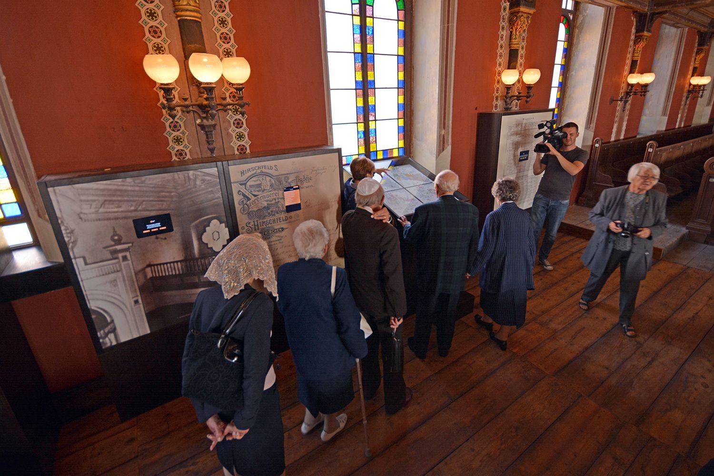 A kiállítást az első emeleten körbefutó karzaton rendeztük be