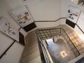 A két lépcsőházban 17 nagyméretű fali tablón olvasható a téma eddigi legteljesebb feldolgozása.