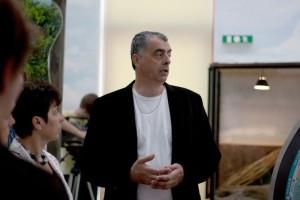 Szász István bemutatja a látogatóknak a kiállítási installációkat.